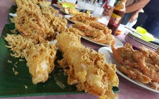 where to eat, where to eat at Kuala Terengganu, what to do at kuala Terengganu, foodies at Kuala Terengganu, food places at Kuala Terengganu, where to eat in Terengganu, were to eat in KT, Food places in KT, Food places in Terengganu, nice to eat in Terengganu, Nice to eat in KT, Nice to eat in Kuala Terengganu, recommended places to eat in Terengganu, recommended places to eat in KT, recommended places to eat in Kuala Terengganu, must eat places in Terengganu, must eat in Kuala Terengganu, ikan celup tepung, ikan goreng Terengganu, Ikan celup tepung kuala terengganu, Warung Pon Nong, Warung Pok Nong Kuala Terengganu, fried fish and calamari,